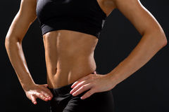 Ciérrese para arriba del ABS femenino atlético en ropa de deportes Fotografía de archivo libre de regalías