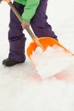 Ciérrese para arriba del adolescente que traspala nieve del camino Foto de archivo
