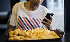 Ciérrese para arriba del adolescente que usa un smartphone Fotos de archivo