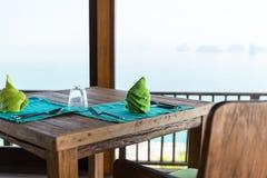 Ciérrese para arriba del ajuste de la tabla en el restaurante en Asia Imagenes de archivo