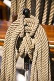 Ciérrese para arriba del aparejo y de la cuerda de una nave Fotos de archivo libres de regalías