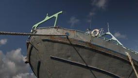 Ciérrese para arriba del arco de un barco pesquero en el mediterráneo almacen de video