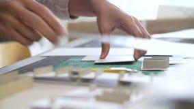 Ciérrese para arriba del arquitecto Cutting Out Component para el modelo almacen de video