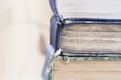 Ciérrese para arriba del atascamiento de libros antiguos foto de archivo libre de regalías