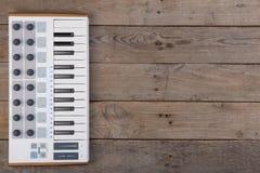 Ciérrese para arriba del atenuador, del botón y de llaves del volumen del controlador midi fotografía de archivo