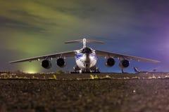 Ciérrese para arriba del avión de pasajeros del cargo en la noche Imagenes de archivo