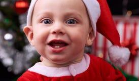 Ciérrese para arriba del bebé lindo que lleva un sombrero de Papá Noel Imagen de archivo