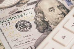 Ciérrese para arriba del billete de banco con FED, emblema del dólar de los E.E.U.U. América de la reserva federal y Franklin hac imágenes de archivo libres de regalías