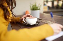 Ciérrese para arriba del cacao de consumición de la mujer en el café Imágenes de archivo libres de regalías