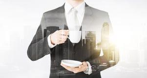 Ciérrese para arriba del café de consumición del hombre de negocios de la taza Fotografía de archivo libre de regalías