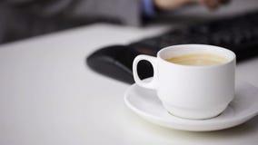 Ciérrese para arriba del café que mecanografía y de consumición del hombre de negocios metrajes