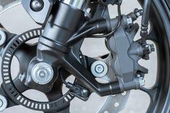 Ciérrese para arriba del calibrador radial del soporte en la motocicleta - freno de disco y sistema del ABS en las bicis de un de imágenes de archivo libres de regalías