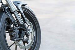 Ciérrese para arriba del calibrador radial del soporte en la motocicleta - freno de disco y sistema del ABS en las bicis de un de foto de archivo libre de regalías