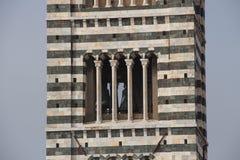 Ciérrese para arriba del campanario de los di Siena del Duomo La vista de modelos estilísticos Románicos en campanil Toscana, Ita Imágenes de archivo libres de regalías