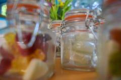 Ciérrese para arriba del caramelo en mini tarros del kilner Imagen de archivo