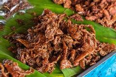 Ciérrese para arriba del cerdo frito con sésamo en el mercado tailandia Imágenes de archivo libres de regalías