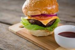 Ciérrese para arriba del cheeseburger con la salsa Fotografía de archivo libre de regalías
