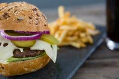 Ciérrese para arriba del cheeseburger en pizarra Imágenes de archivo libres de regalías
