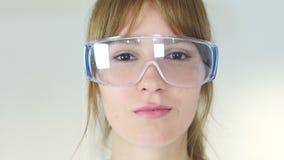 Ciérrese para arriba del científico de sexo femenino del reseach, doctor en vidrios protectores metrajes