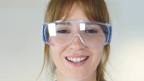 Ciérrese para arriba del científico de sexo femenino del reseach, doctor que lleva los vidrios protectores Foto de archivo
