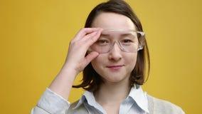 Ciérrese para arriba del científico del reseach, doctor que lleva los vidrios protectores almacen de video