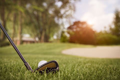 Ciérrese para arriba del club de golf y de la bola Foto de archivo libre de regalías