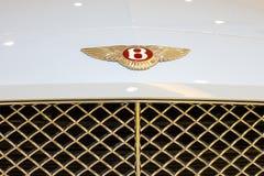 Ciérrese para arriba del coche deportivo del logotipo de Bentley en la sala de exposición en Siam Paragon Mall en Bangkok, Tailan imágenes de archivo libres de regalías