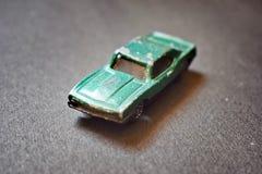 Ciérrese para arriba del coche destruido coloreado verde del juguete fotografía de archivo