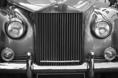 Ciérrese para arriba del coche parqueado de la boda del vintage Imagenes de archivo