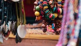 Ciérrese para arriba del colgante colorido de las pulseras y de los colgantes metrajes