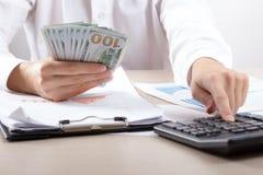 Ciérrese para arriba del contable o del banquero femenino que hace cálculos Ahorros, finanzas y concepto de la economía fotografía de archivo libre de regalías