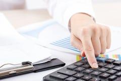Ciérrese para arriba del contable o del banquero femenino que hace cálculos Ahorros, finanzas y concepto de la economía fotografía de archivo