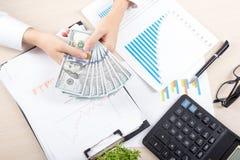 Ciérrese para arriba del contable o del banquero femenino que hace cálculos Ahorros, finanzas y concepto de la economía imagenes de archivo
