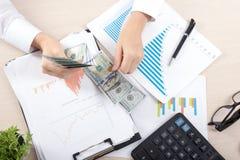 Ciérrese para arriba del contable o del banquero femenino que hace cálculos Ahorros, finanzas y concepto de la economía fotos de archivo