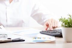 Ciérrese para arriba del contable o del banquero femenino que hace cálculos Ahorros, finanzas y concepto de la economía imagen de archivo libre de regalías
