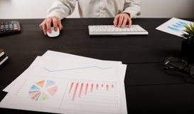 Ciérrese para arriba del contable o del banquero del hombre que hace cálculos Ahorros, finanzas y concepto de la economía foto de archivo