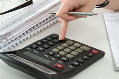 Ciérrese para arriba del contable o del banquero femenino que hace cálculos imagen de archivo libre de regalías