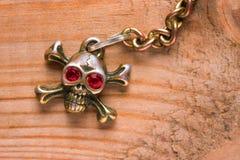 Ciérrese para arriba del cráneo del metal con los ojos rojos Foto de archivo
