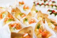 Ciérrese para arriba del cucurucho de la pasta con el relleno de color salmón de los pescados Imagen de archivo libre de regalías