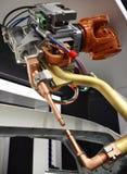Ciérrese para arriba del detalle del robot de la soldadura por puntos del coche Imágenes de archivo libres de regalías