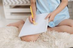 Ciérrese para arriba del dibujo del niño con los lápices coloridos Foto de archivo libre de regalías