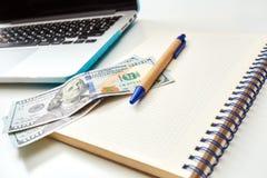 Ciérrese para arriba del dinero en una libreta con la pluma Imagen de archivo libre de regalías