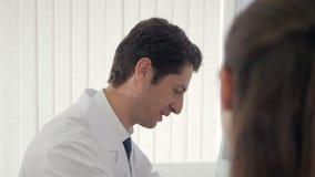 Ciérrese para arriba del doctor que habla con un paciente almacen de video