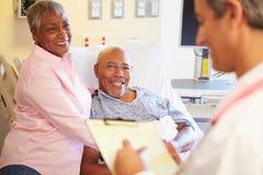 Ciérrese para arriba del doctor Updating Patient Notes Imagen de archivo libre de regalías