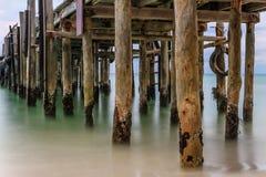 Ciérrese para arriba del embarcadero de madera rústico en el mar Fotografía de archivo