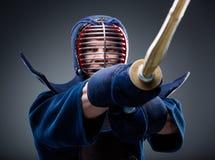 Ciérrese para arriba del entrenamiento del kendoka con shinai Imagen de archivo