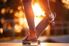 Ciérrese para arriba del entrenamiento masculino joven del skater en parque del patín Imagenes de archivo