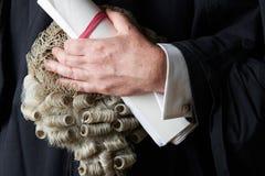 Ciérrese para arriba del escrito de Holding Wig And del abogado fotografía de archivo
