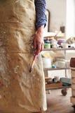 Ciérrese para arriba del estudio femenino de Holding Brush In del artista Foto de archivo libre de regalías