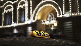 Ciérrese para arriba del faro amarillo del taxi en el tejado amarillo del coche en invierno